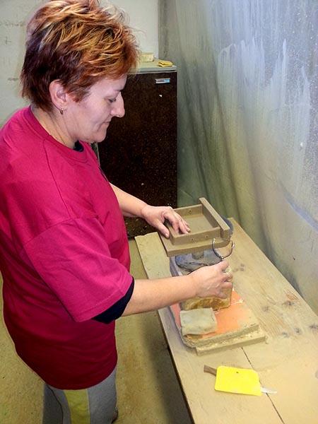 préselt kályhacsempe gyártas - tisztítás